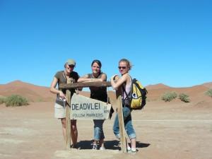 Namibia - Sossusvlei - Reisende vor Deadvlei Straßenschild