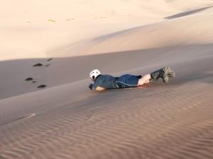 Namibia - Reisende beim Sand Boarden in den Dünen bei Swakopmund - Namibia Highlights