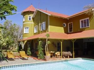 Außenansicht Ihres Gästehauses in Windhoek mit Swimmingpool