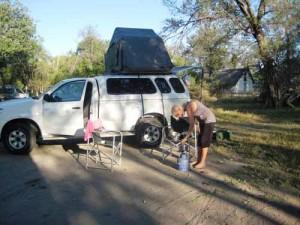 Mit dem Allradwagen mit Dachzelt auf dem Campingplatz