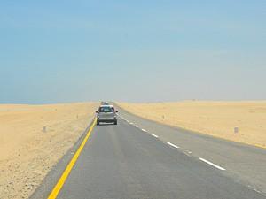 Namibia - Swakopmund - Asphaltierte Landstraße in Namibia - von Windhoek zu den Victoria Fällen