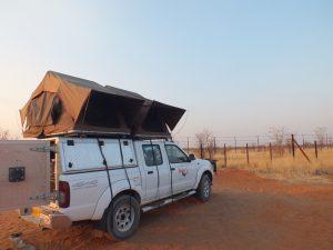 Allradwagen mit Dachzelt in der Weite Namibias