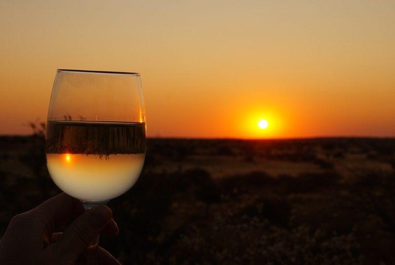 Ein kühles Getränk beim Sonnenuntergang