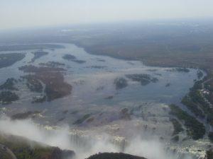Aussicht Wassermassen Victoria Falls - Namibia Botswana Gruppenreise