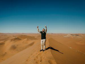 Namibia - Sossusvlei - Reisender auf der Spitze der Düne 45 - Ankerkraut