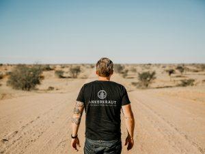 Namibia - Omaruru - Reisender schaut in die Weite Landschaft - Ankerkraut