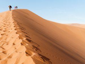 Namibia - Sossusvlei - Reisende auf einer Sanddüne