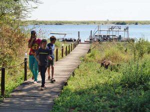 Vor der Bootstour auf Ihrer Rundreise durch Namibia und Botswana mit Kindern