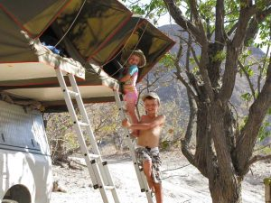 Allradfahrzeug mit Kindern auf der Leiter