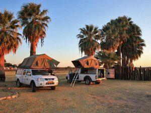 Dachzelt Fahrzeuge bei Sonnenuntergang