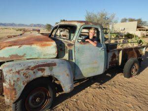 Auto in der Wüste bei Sesriem