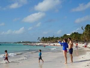 mexico met kinderen-strand-akumal