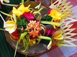 Bali Rundreise: bunte Blumen als Opfergabe