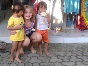 Ubud: Mädchen mit balinesischen Kindern