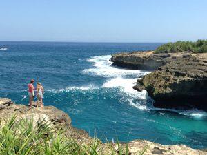 Familie an der Felsküste auf Nusa Lembongan