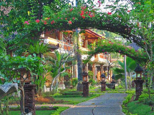 Hübsch dekorierte Blumengärten