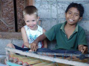 Kinder mit Einheimischen auf Bali bei Ubud