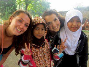 Kinder mit Einheimischen auf Java beim Vulkan