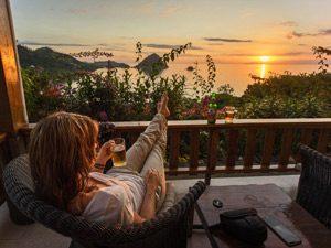 Komodo: Entspannung auf dem Balkon bei Sonnenuntergang