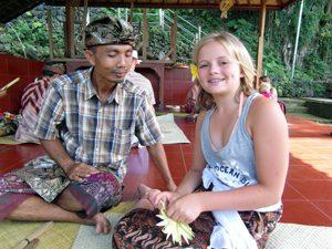 Amed: Mädchen bastelt Opfergaben mit Balinesen im Tirtagangga Wasserpalast