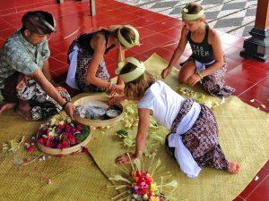 Bali Rundreise: Opfergaben herstellen