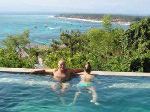 Vater und Tochter im Pool auf Nusa Lembongan