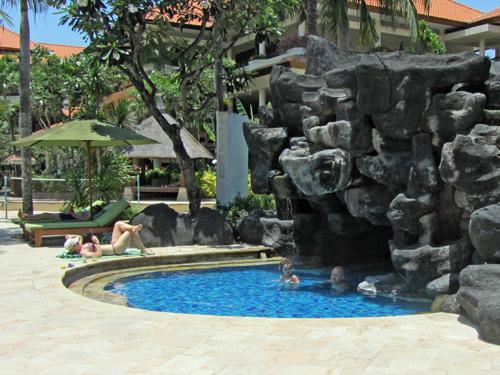 Hotelpool mit Felsen Jimbaran