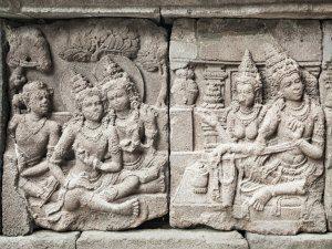 Tempelverzierungen des Prambanan auf Java beim Vulkan