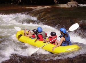 Indonesien Rundreise: Familie beim Rafting auf dem Ayung Fluss bei Ubud
