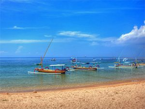 Boote am Strand in Bali