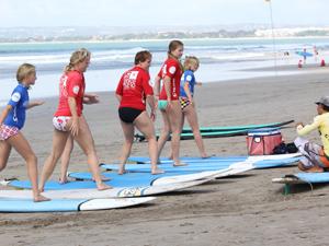 Kinder beim Surfen auf Bali