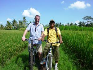 Mann mit Guide bei Fahrradtour in Ubud
