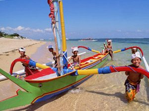 Bali Rundreise: Buntes Boot am Strand von Sanur