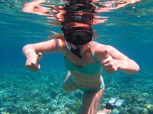 Rundreise Bali & Komodo: Mädchen beim Schnorcheln in Pemuteran