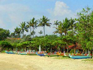 Bali Rundreise: Boote am Strand bei Sanur