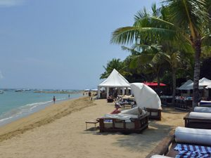 Bali Highlights: Liegen am Strand in Sanur