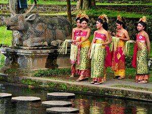 Bali Rundreise: Balinesische Frauen bei der Opfergabe