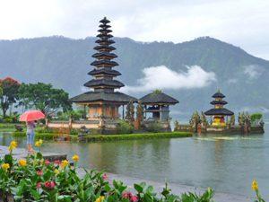 Bali Rundreise: Basteln Sie Ihre Opfergaben für den Wassertempel.