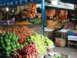Marktstände mit bunten Früchten in Medan