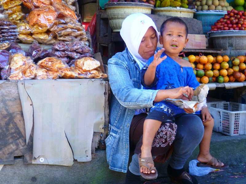 Einheimische Familie bei Marktbesuch