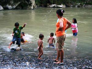 Wasserspaß im Fluss bei Tangkahan
