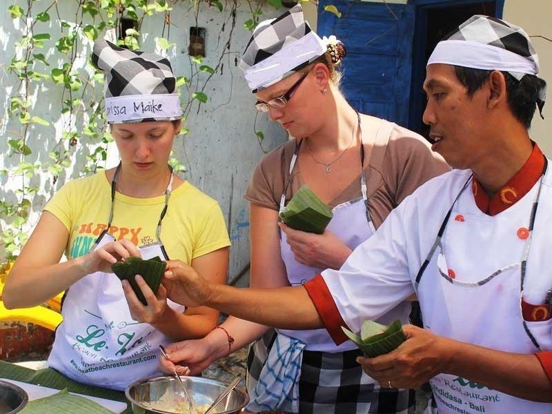 Familien kochen zusammen in Candidasa