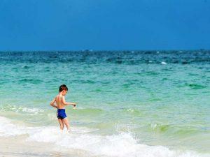 Nusa Dua: Planschen in den Wellen vor Bali