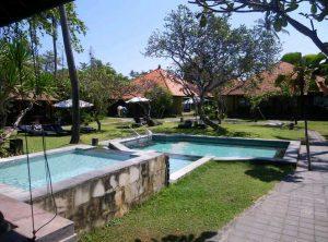 Bali Rundreise: Für Erfrischung sorgt ein Sprung in den Pool