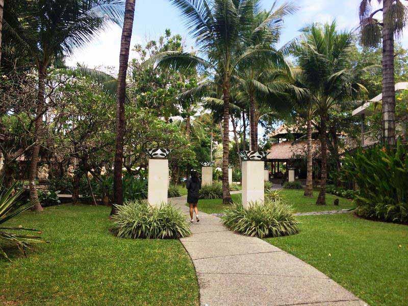 Üppige Gartenanlage des Komforthotels in Sanur