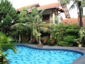 Indonesien Rundreise: Entspannen am Pool nach der Stadtbesichtigung in Yogyakarta