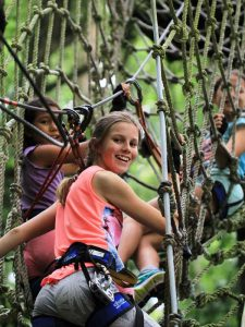 Kletternde Kinder im Bali Tree Top Adventure Park in Lovina