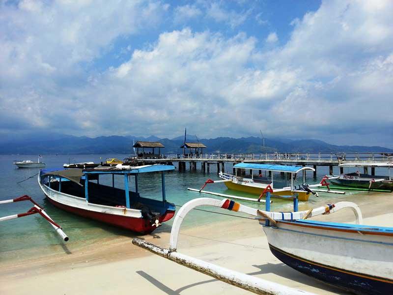 Bunte Boote im Hafen von Gili Trawangan