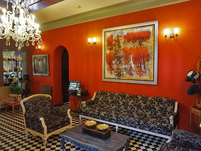 Peru kids - comfort hotel Lima lobby