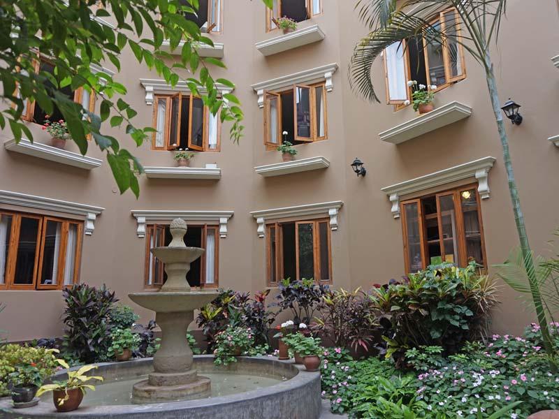 Peru kids - comfort hotel Lima patio